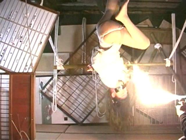 人妻密室監禁 浣腸鞭打ち逆さ片脚吊り 画像 3