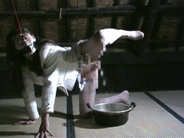 人妻密室監禁 浣腸鞭打ち逆さ片脚吊り 画像 5