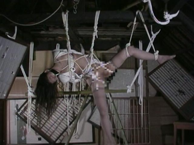 人妻密室監禁 浣腸鞭打ち逆さ片脚吊り 画像 7