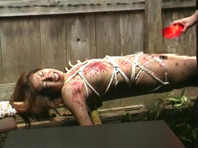 人妻密室監禁 浣腸鞭打ち逆さ片脚吊り 画像 17