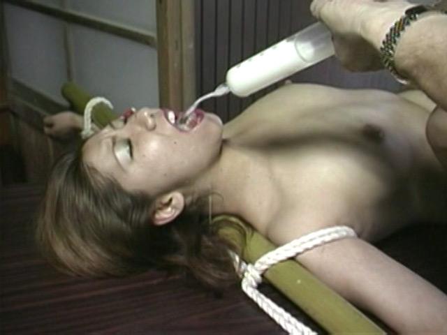 人妻密室監禁 浣腸鞭打ち逆さ片脚吊り 画像 18