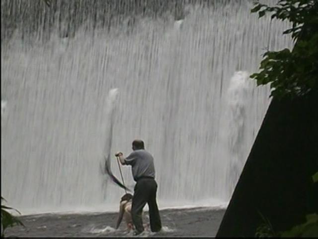 人妻奴隷 野外鞭打ち滝責め調教 画像 3