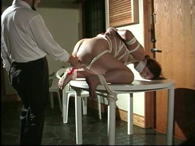 人妻奴隷 野外鞭打ち滝責め調教 画像 18