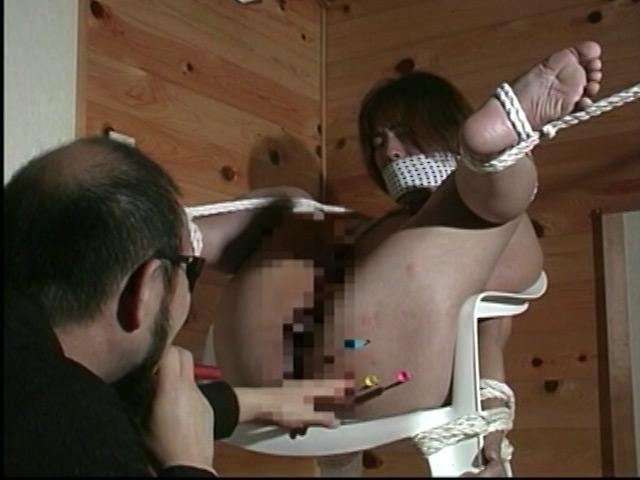人妻奴隷 野外鞭打ち滝責め調教 画像 20