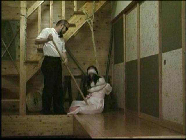 奴隷和服妻 荒縄緊縛天井逆さ吊り 画像 2
