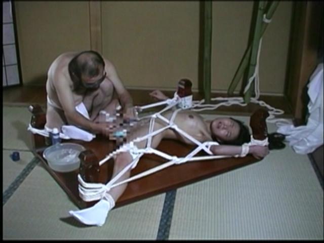 奴隷和服妻 荒縄緊縛天井逆さ吊り 画像 18
