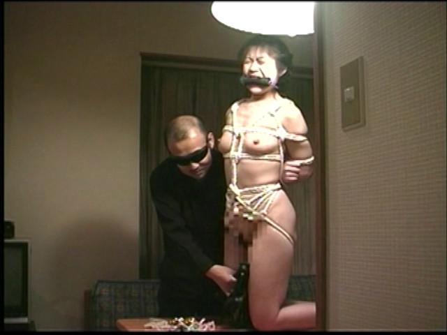 人妻調教 女犯!野外浣腸・鞭打ち・アナル責め!! 画像 7