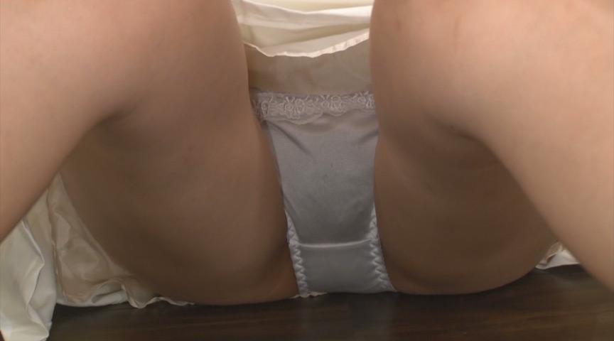 サスペンダースカートを穿いた女の子の無邪気なパンチラ