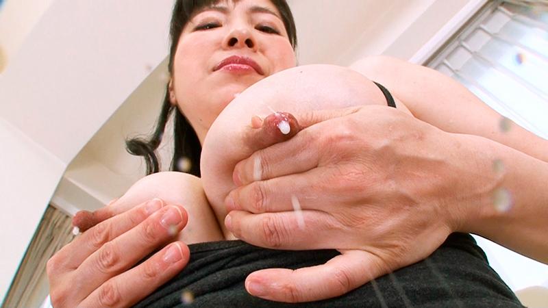 熟女のパンチラと勃起乳首
