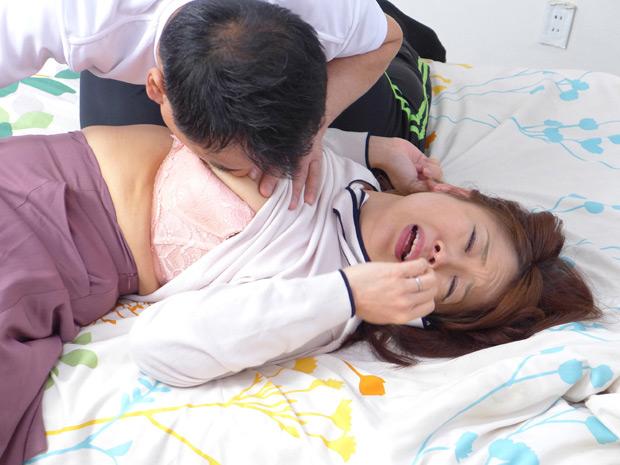 熟妻息子のサッカーのコーチに襲われた清純妻 画像 2
