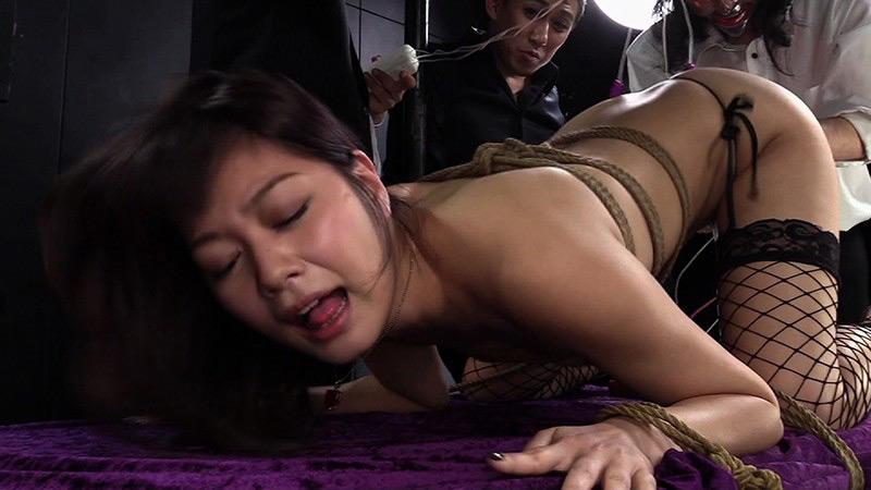 背後から狙われた剥き出し女尻の凄まじい痙攣
