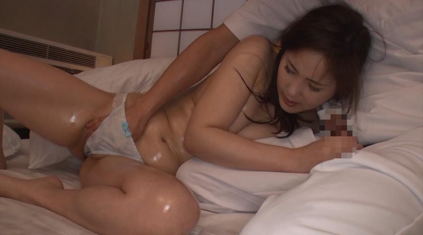 温泉旅館にて、寝てる旦那のすぐ横でスゴテクの悶絶オイルマッサージ。声が出せない状況でガマンできずに中出しセックスする寝取られ巨乳妻! の画像10