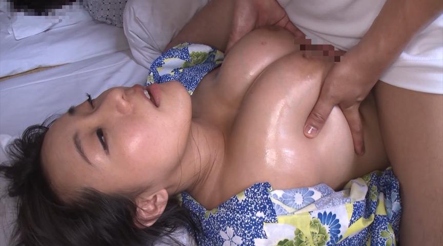温泉旅館にて、寝てる旦那のすぐ横でスゴテクの悶絶オイルマッサージ。声が出せない状況でガマンできずに中出しセックスする寝取られ巨乳妻! の画像3