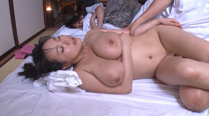 温泉旅館にて、寝てる旦那のすぐ横でスゴテクの悶絶オイルマッサージ。声が出せない状況でガマンできずに中出しセックスする寝取られ巨乳妻! の画像1