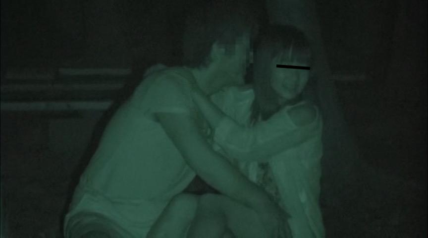 ハメを外して青姦している客を覗き続けているキャンプ場管理人の本物盗撮映像 1枚目