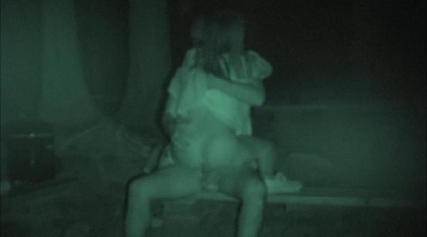 ハメを外して青姦している客を覗き続けているキャンプ場管理人の本物盗撮映像 4枚目
