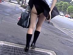 風中の少女1 風に舞うスカート