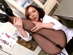 美脚直穿き黒パンストのお姉さんは好きですか?