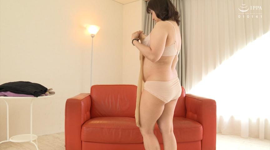 生活感が滲み出る熟女の深履き肌色地味パンティー