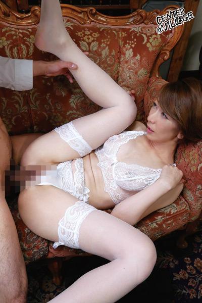 下着をチラ見せして訪問販売員を誘惑する有閑マダム