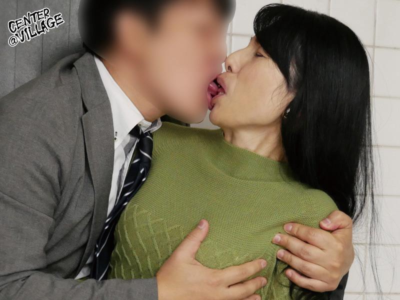 人妻痴漢電車~さわられた五十路母~ 鶴川牧子 画像 3