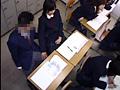 ラブラブ女子校生の校内イチャつき手コキをのぞくサムネイル1