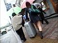 通学バスで女子校生に勃起チ○ポを握らせてヤらせるサムネイル1