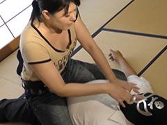 デニム女性が大男をくすぐりの刑&手洗い