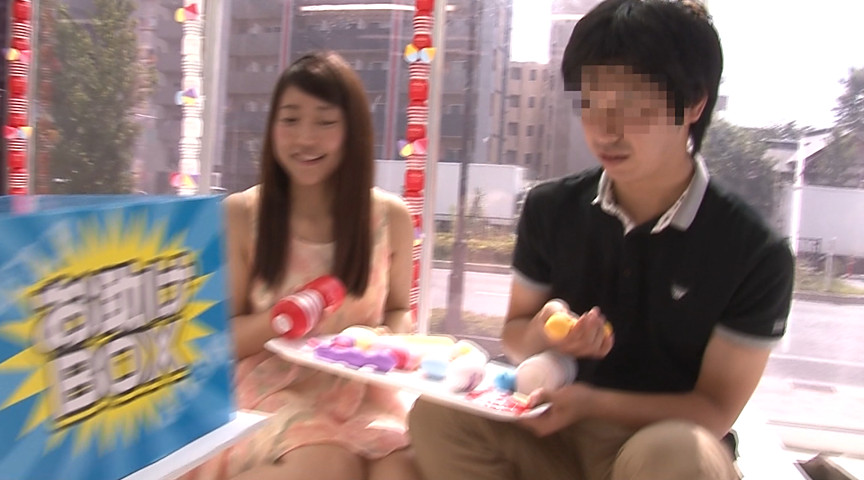 大学生の男女がマジックミラー号の中で2人っきり in池袋 画像 1