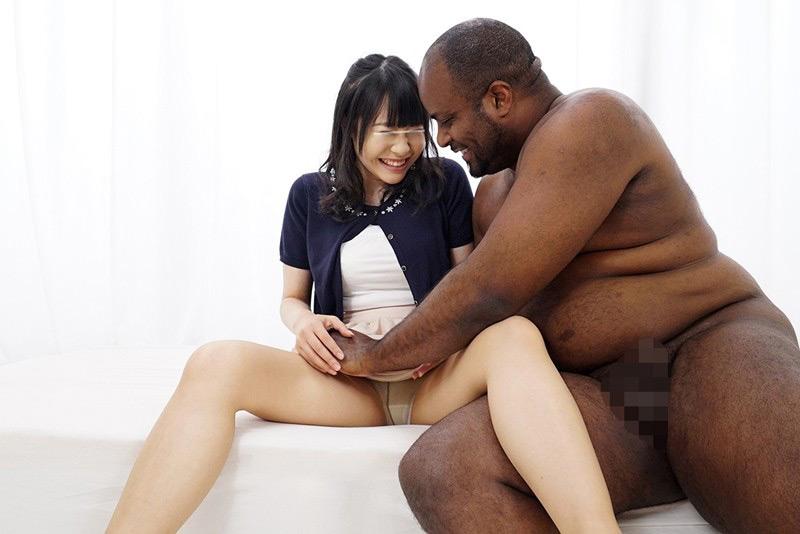 一般黒人男性×素人女子大生 ち○ぽが大きすぎて困っている日本在住の黒人男性が素人女子大生にお悩み相談! 彼氏の短小ち○ぽよりもはるかに大きい黒デカち○ぽの登場にハニかみながらも色白うぶマ○コは疼きだす!5 子宮の奥まで届く未体験のガン突きセックスに激イキ58回!!人生初の黒人ザーメン中出しスペシャル! の画像9