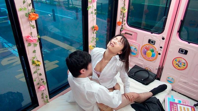 人妻OLと後輩男子がオフィス街で連続射精セックス 画像 3