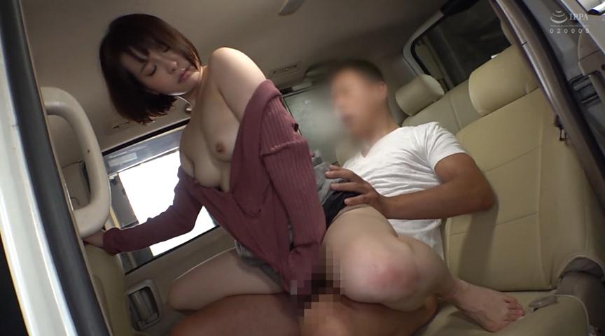 隣に駐車している車でオナニー中の美女を発見!のサンプル画像