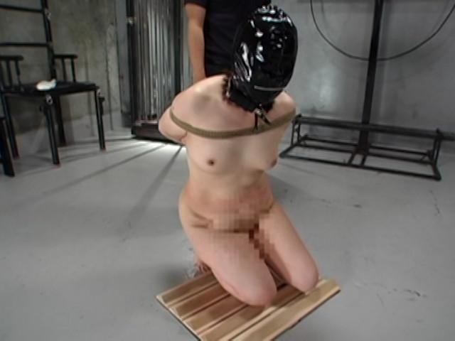 究極の拷問 三角木馬と電流とBB弾 画像 1
