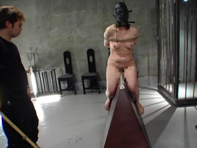 究極の拷問 三角木馬と電流とBB弾 画像 3