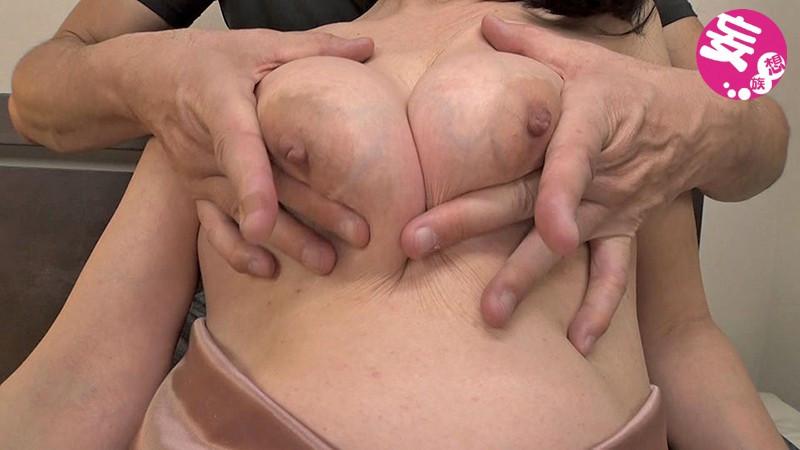 ちぎれるぐらい責められるのが感じちゃう熟女のデカ乳首 画像 6