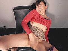 過剰な膣分泌液を排泄する熟女オナニー