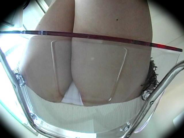 粘着盗撮 透明椅子に押し付けられる素人女の生パンのサンプル画像