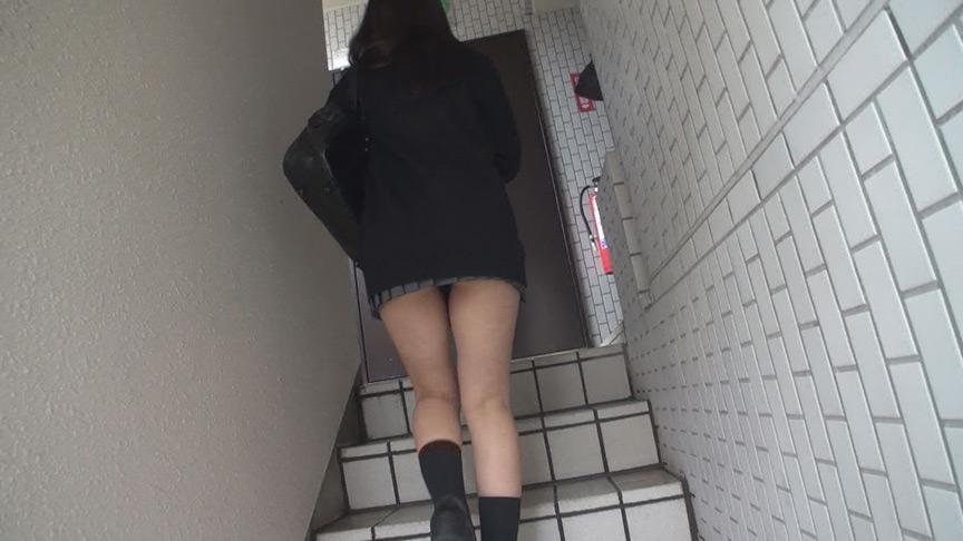 階段女子校生 くいこんで中身が浮き出ちゃってる 編