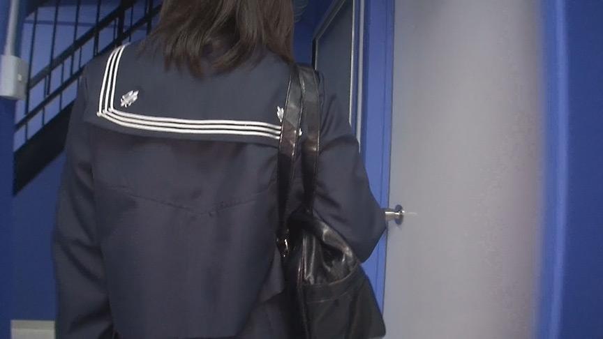 階段女子校生 黒タイツ、黒スト着けた制服パンチラ