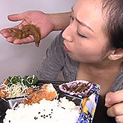 狂気!ご飯を食べながら脱糞する女