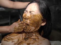 【スカトロ動画】スカトロ!むせかえる食糞便器女1