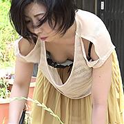 熟女のゆる~いブラからの乳首チラチラ(盗撮風)