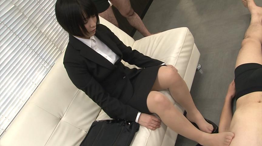 就活中のリクルートスーツの蒸れた脚で