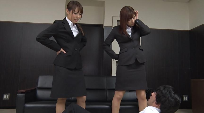 就職活動中の女子大生が汗ばんだストッキングで脚責 画像 1