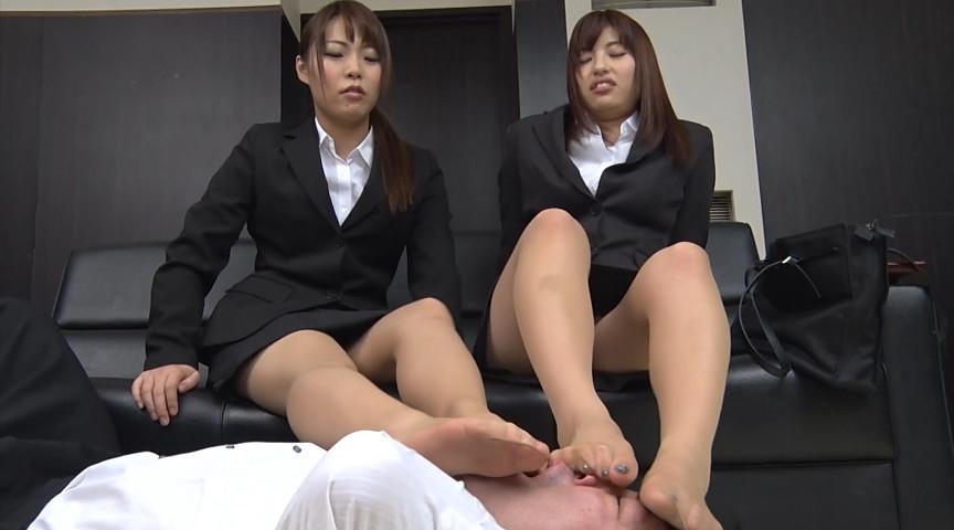 就職活動中の女子大生が汗ばんだストッキングで脚責 画像 2