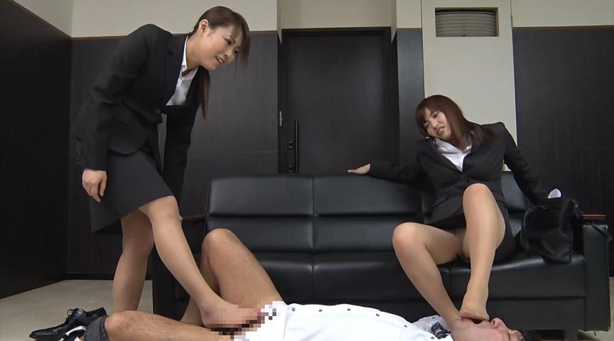 就職活動中の女子大生が汗ばんだストッキングで脚責 画像 3