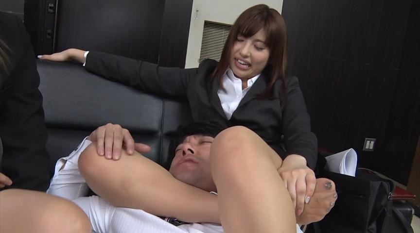 就職活動中の女子大生が汗ばんだストッキングで脚責 画像 4