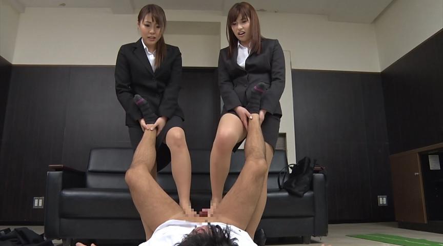 就職活動中の女子大生が汗ばんだストッキングで脚責 画像 5