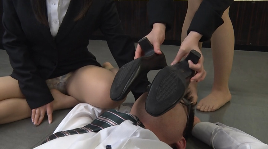就職活動中の女子大生が汗ばんだストッキングで脚責 画像 12