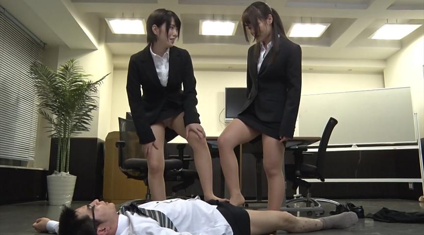 就職活動中の女子大生が汗ばんだストッキングで脚責 画像 13